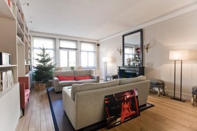 Salon avec cheminée décorative réalisée sur mesure