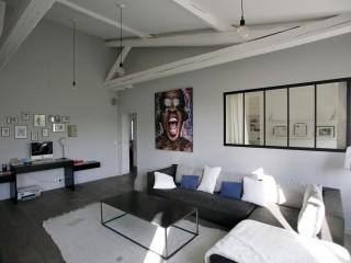 Salon avec éclairage design