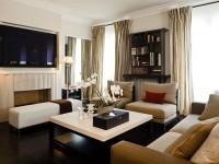Salon avec écran plat mural et canapé en tissu