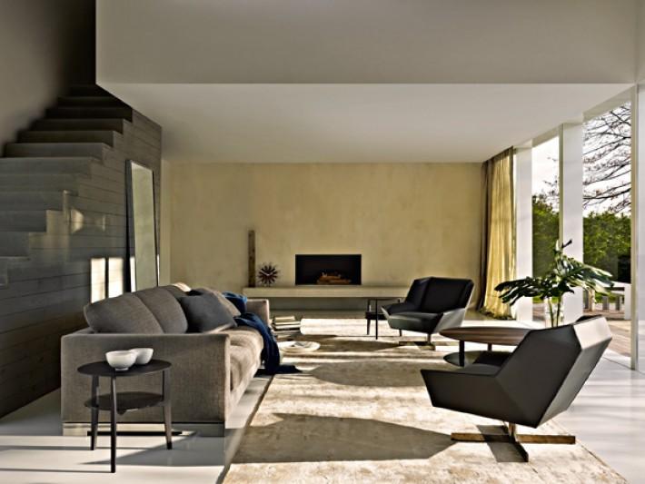 Salon avec fauteuil géométrique et canapé en tissu