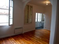 Salon avec parquet au sol