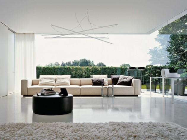 Salon avec pouf en cuir et canapés modulables