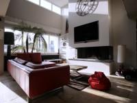 Salon avec télévision et cheminée murale