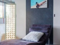 Salon avec une chaise longue intérieure