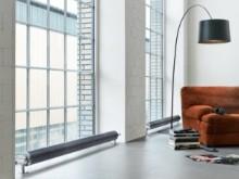 Salon blanc et lumineux avec radiateur design de forme ronde