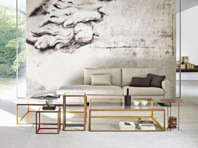 Salon classique avec table basse contemporaine