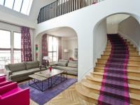 Salon contemporain avec grand escalier en bois