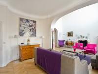 Salon contemporain avec meubles anciens