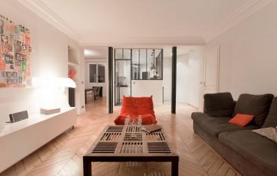 Salon contemporain avec table basse en bois