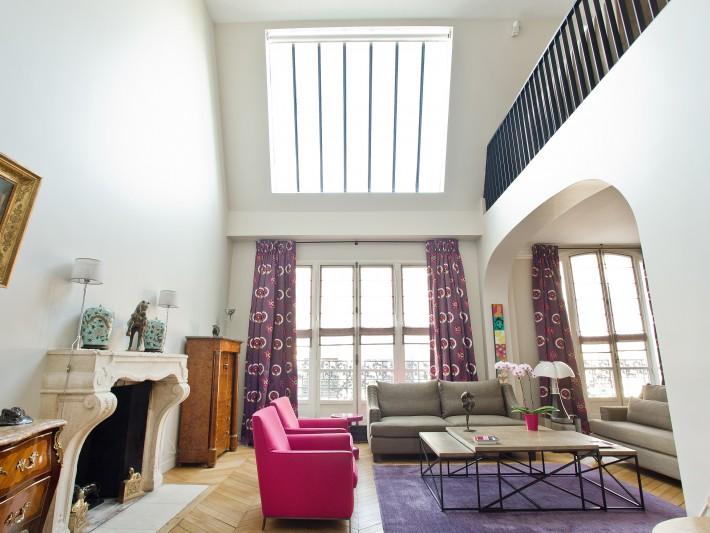 Salon contemporain et coloré avec grand velux en verre