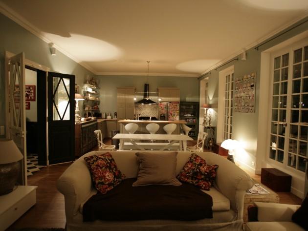 Salon et cuisine vintage et colorée avec canapé en tissu