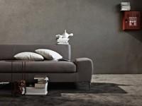 Salon gris avec canapé en tissu et ses coussins