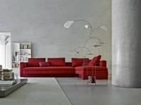 Salon gris avec canapé en tissu rouge vif