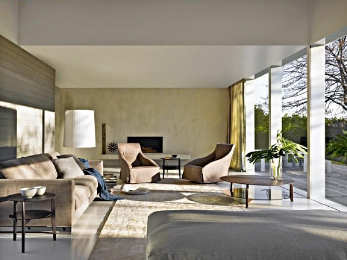 Salon lumineux avec fauteuils en cuir marron