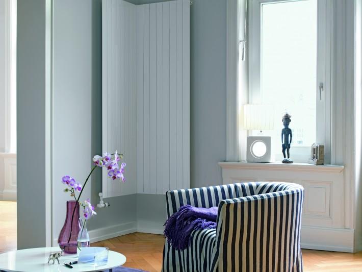 Salon lumineux et épuré avec radiateur d'angle design