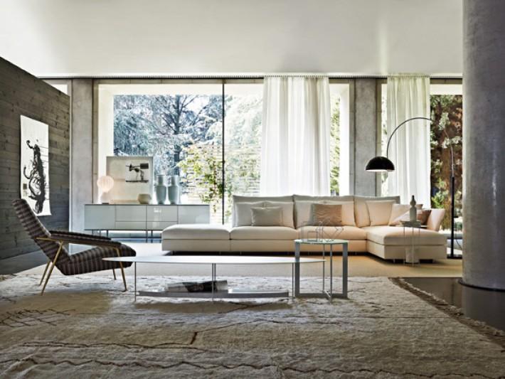 Salon moderne aux couleurs clairs avec canapé grand d'angle blanc