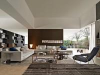 Salon moderne et convivial aux tapis ethniques