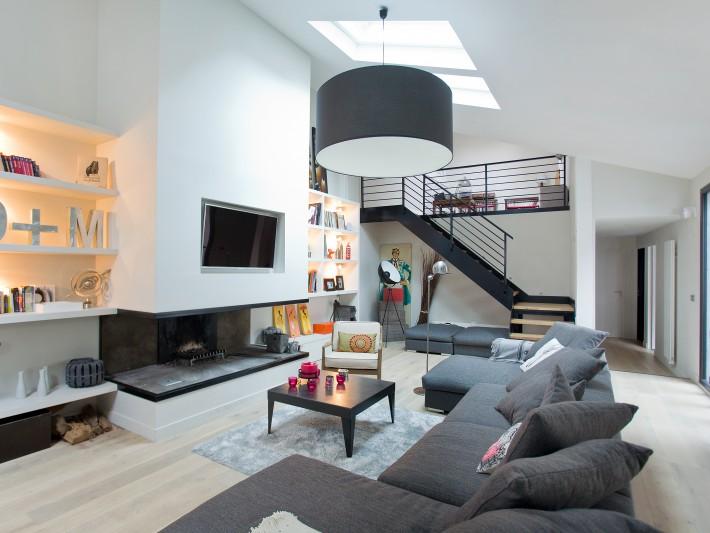 Restructuration pi ces vivre ouest home salon moderne gris avec t l vision murale - Photo salon moderne ...