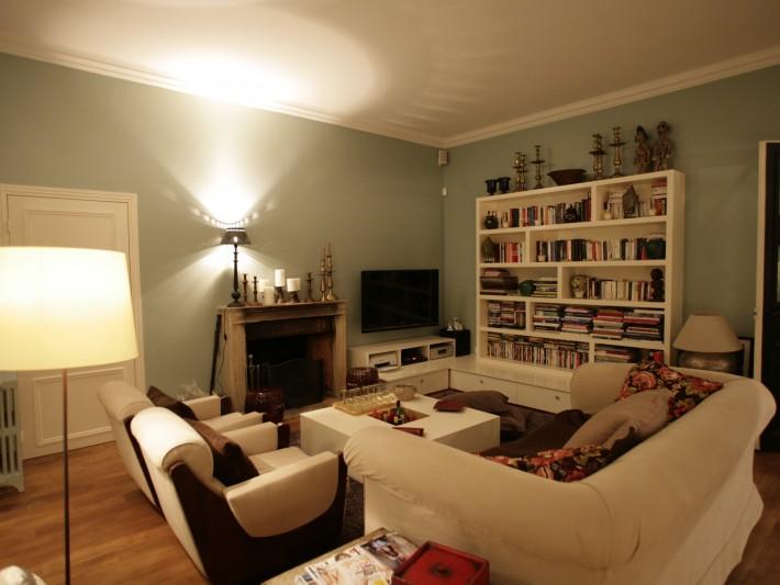 Salon vintage chaleureux et confortable avec mobilier blanc