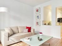 Séjour avec canapé en tissu et table basse en verre opaque