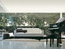 Sofa blanc avec coussins noirs