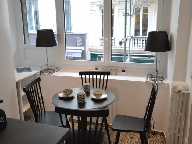 Studio art déco coeur de Paris - coin salle à manger