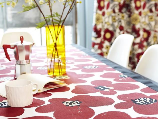 Table à motifs floraux