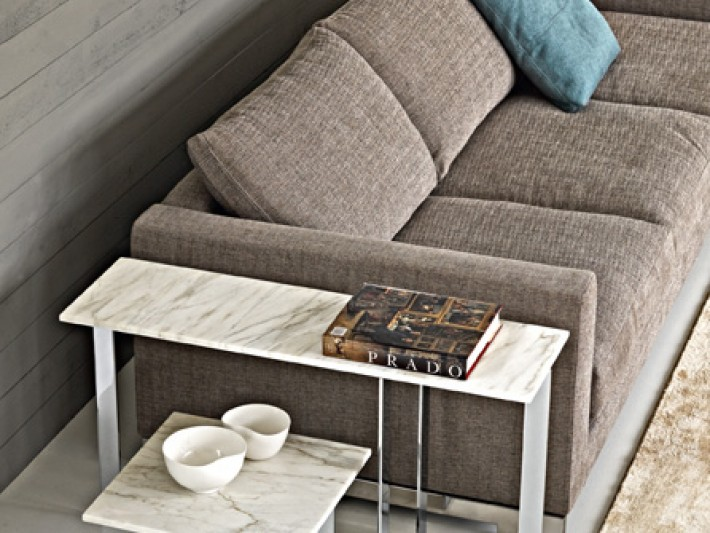 Table basse en marbre avec canapé en tissu