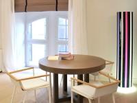 Table de bureau ronde pour les réunions et lampadaire intérieur coloré