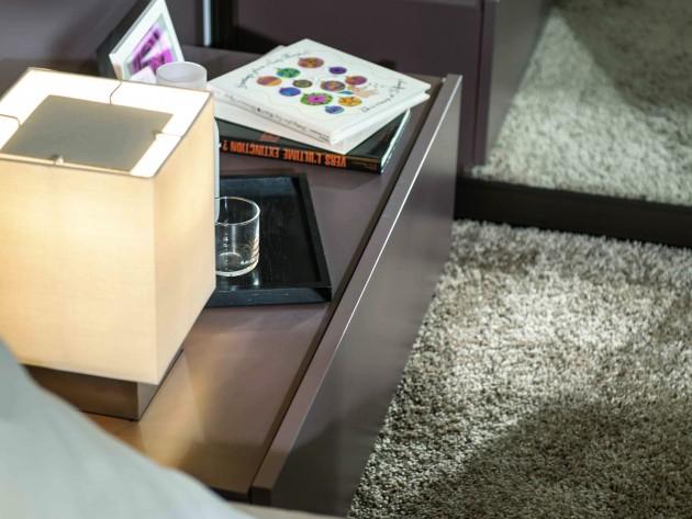 Table de chevet et petite lumière avec abat-jour carré