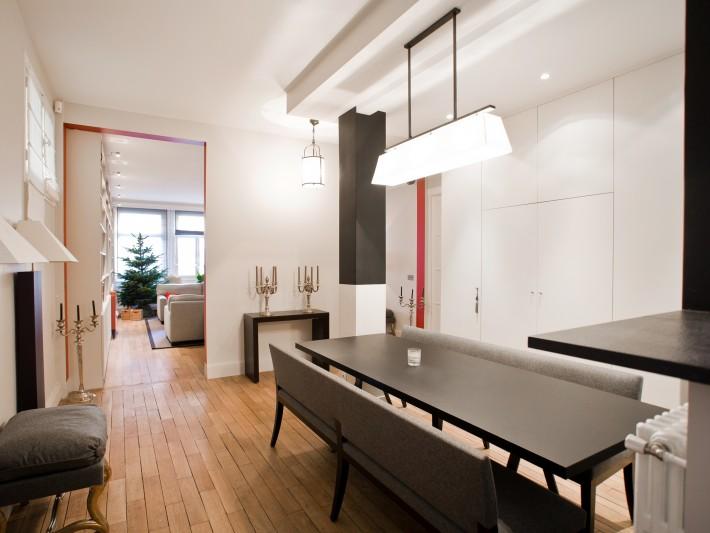 Table de la salle à manger avec plateau noir et banquette en tissu