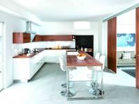 Table en bois assortie avec rangements, plan de travail et portes