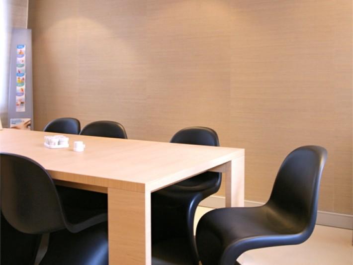 Table en bois et chaises en plastique noir