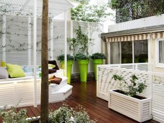 Terrasse aménagée avec grands pots verts