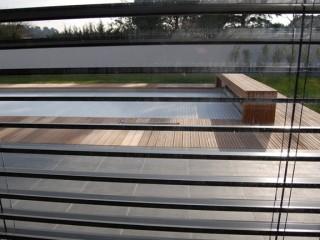 Terrasse aménagée avec piscine et plancher en tek