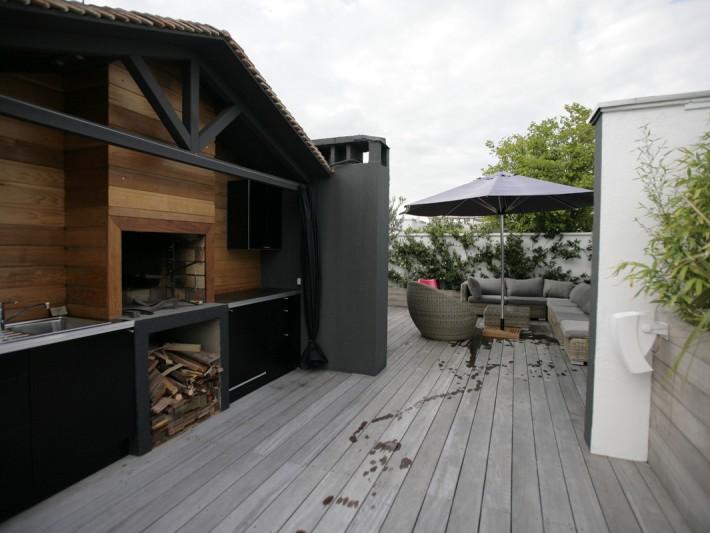 Terrasse avec coin de repos et chalet en bois