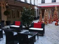 Terrasse avec décoration de Noël de l'hôtel buddha