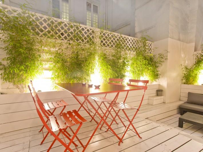 Terrasse avec table et chaises de jardin