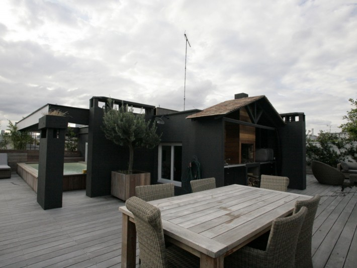 Terrasse avec table extérieur et petit chalet