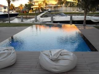 Terrasse bois avec piscine à débordement