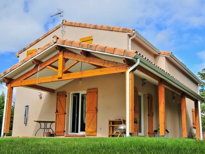 maisons indivduelles midi pyr n es maisons france confort terrasse couverte avec des poutres. Black Bedroom Furniture Sets. Home Design Ideas