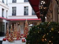 Terrasse de l'hôtel Buddha avec décoration de Noël