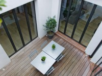 Terrasse en bois avec aménagement de tables et de chaises