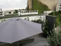 Terrasse en bois avec grand parasol