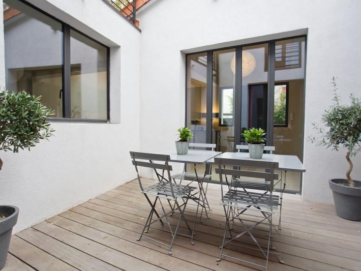 Terrasse en bois avec plantes vertes