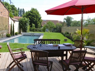 Terrasse en lames de bois et salon de jardin