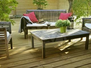 Terrasse en pin radiata et salon de jardin en bois