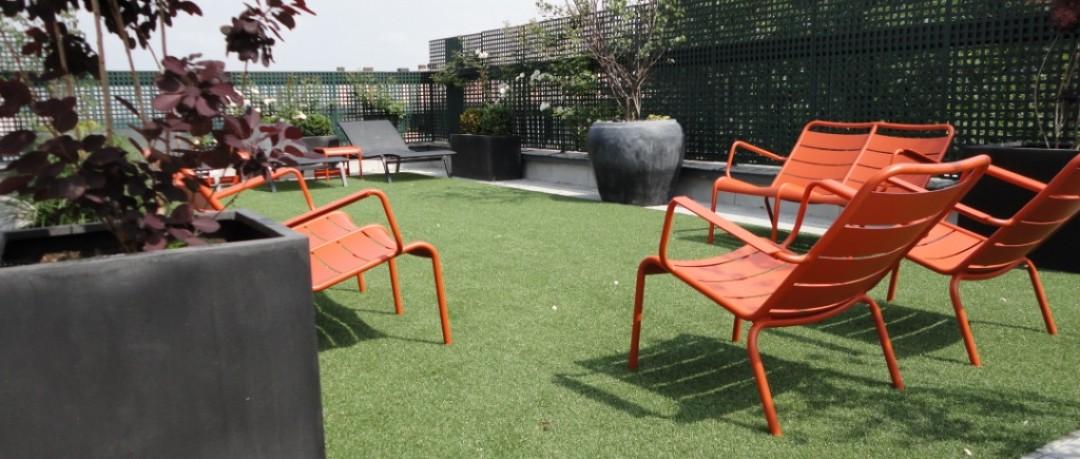 Terrasse parisienne avec mobilier design Fermob