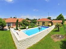 Terrasse surrélevée et piscine sur mesure