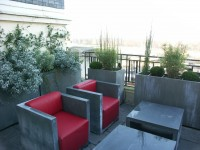 Terrasse vue sur mobilier gris anthracite et rouge